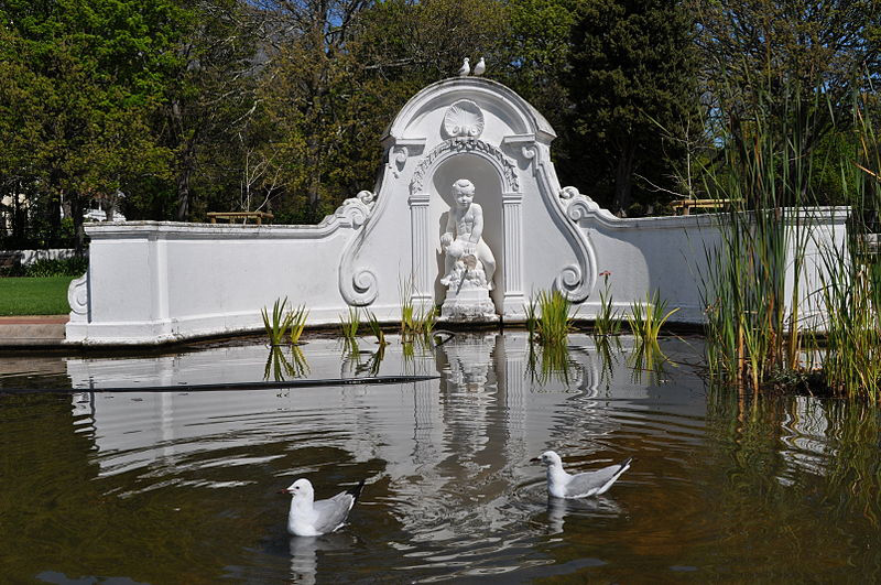 Photo_3_Fountain_structure_set_in_pond_in_Company_Gardens_Cape_Town.